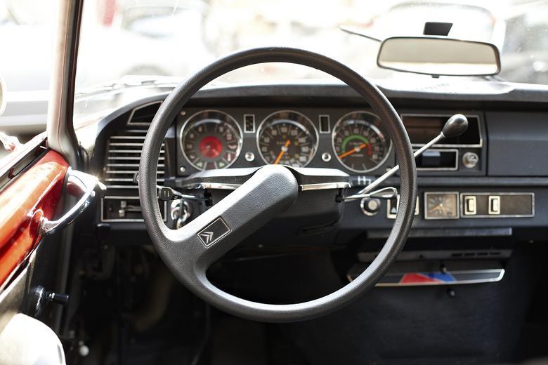 Jednoramienna kierownica nie tylko była oryginalna, lecz także ułatwiała obserwowanie wszystkich wskaźników.