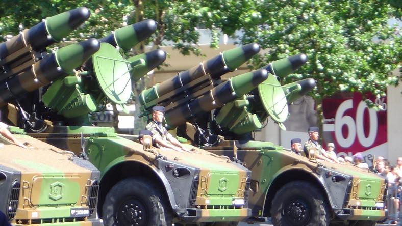 System obrony powietrznej opracowany przez francuski koncern zbrojeniowy Thomson-CSF. W podstawowej wersji tworzą go cztery kontenery pocisków oraz radar naprowadzania i śledzenia, zamontowane na podwoziu lekko opancerzonego wozu kołowego lub gąsienicowego. Oprócz wyrzutni lądowej istnieje także wersja morska, posiadająca osiem kontenerów pocisków.