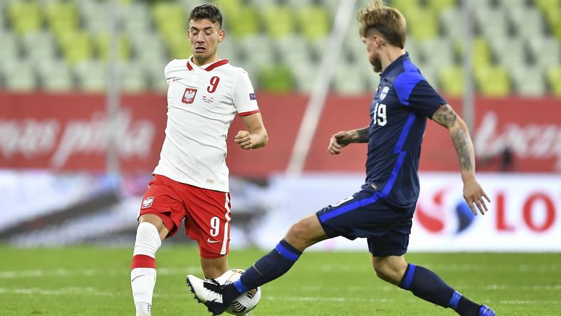 Zawodnik reprezentacji Polski Jakub Moder (L) i Joni Kauko (P) z Finlandii podczas towarzyskiego meczu na stadionie Energa w Gdańsku