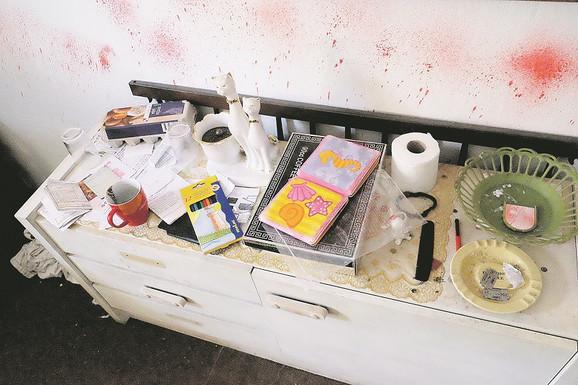 Bojice za crtanje i knjižice u sobi svedoče o boravku devojčice