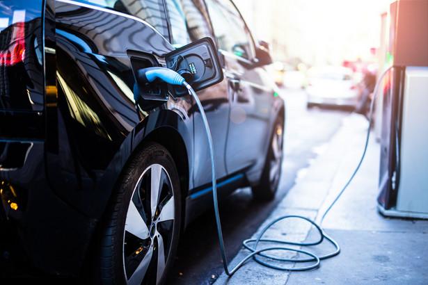 Samochód elektryczny w czasie ładowania