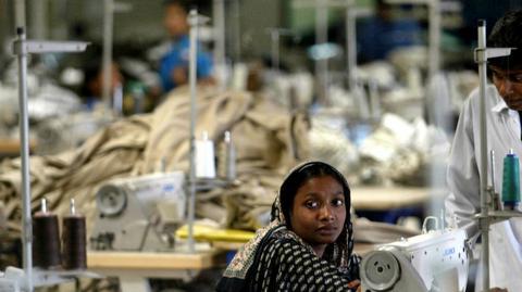 Jedna z fabryk odzieżowych w Dhace w Bangladeszu. Produkcja ubrań i dodatków to jedna z głównych gałęzi przemysłu w tym kraju, główne źródło dochodów z eksportu