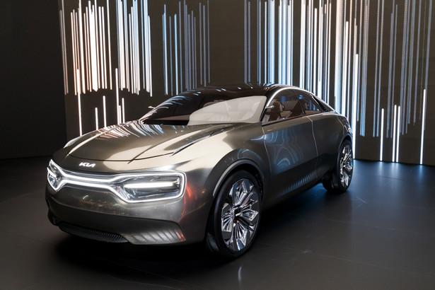 """Tradycyjny """"grill"""" zastąpiony jest chromowaną listwą wyposażona w LEDy, która łączy i okala reflektory. Przednia szyba i dach samochodu stanowią jedna zaokrągloną szklaną powierzchnię, tworząc panoramiczne okno."""