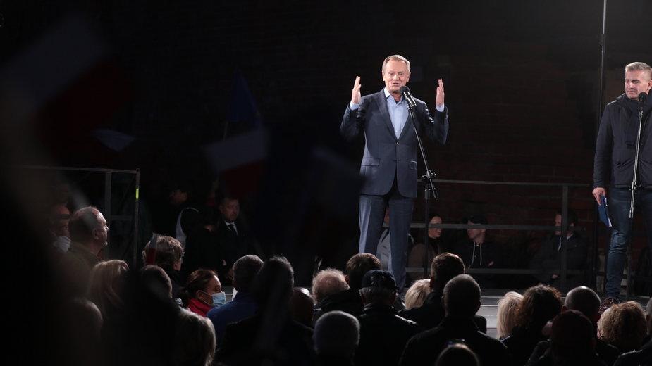 Donald Tusk podczas przemówienia na proeuropejskiej manifestacji w Warszawie, 10.10.2021 r.