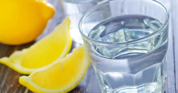 Czy picie wody z cytryną pomaga w odchudzaniu