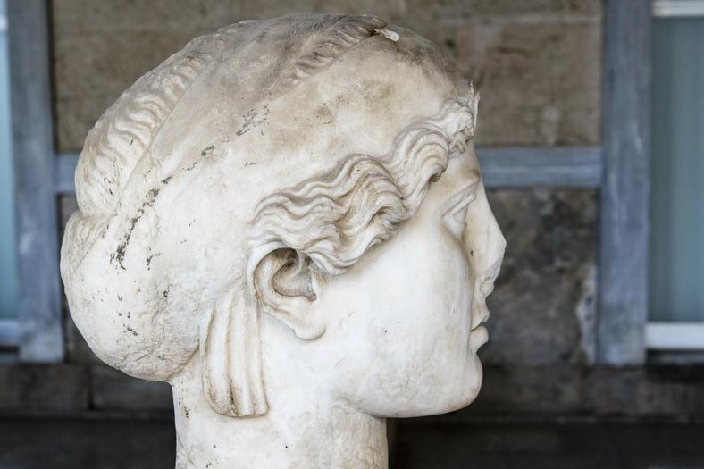 Wyrzeźbiona w marmurze głowa ateńskiej kobiety