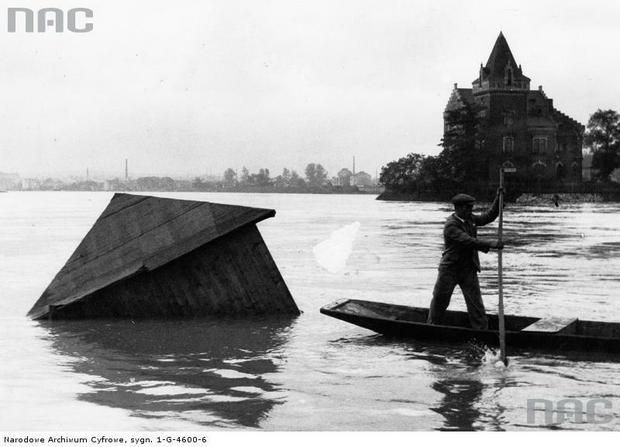 Wylew Wisły pod Wawelem. Widoczna unosząca się budka kąpielowa. Z prawej Willa Rożnowskich, Kraków 1931 r.