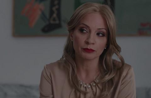 U seriji ŽIGOSANI U REKETU igra asistentikinju Dubravke Mijatović, a ona je ćerka NAŠEG POZNATOG PEVAČA i ima sina sa 20 godina starijim rediteljem!