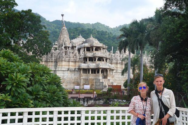 Natalia Tyczyńska z siostrą Sonią przy świątyniach Jainijskich w Ranakpur, Radżastan