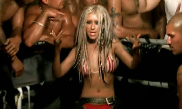 "Christina Aguilera w klipie do ""Dirrty"" (screen z teledysku)"