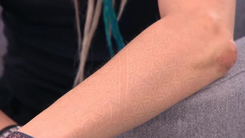 Biały tatuaż