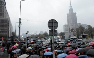 'Chcemy kochać, nie umierać', 'Beata niestety, twój rząd obalą kobiety': W rocznicę czarnych protestów kobiety znowu wyszły na ulice