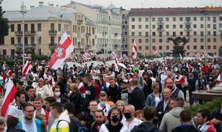 Marsz Nowej Białorusi. Dziesiątki tysięcy ludzi na proteście w centrum Mińska
