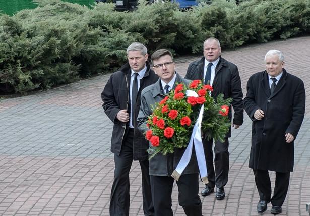 Prezes PiS Jarosław Kaczyński w drodze na uroczystości pogrzebowe.