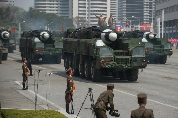 Rakieta z rodziny Hwasong na mobilnej wyrzutni w trakcie parady wojskowej