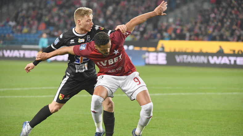 Zawodnik Wisły Kraków Hebert Medeiros Dos Santos (P) i Bartosz Bida (L) z Jagiellonii Białystok podczas meczu 21. kolejki piłkarskiej Ekstraklasy