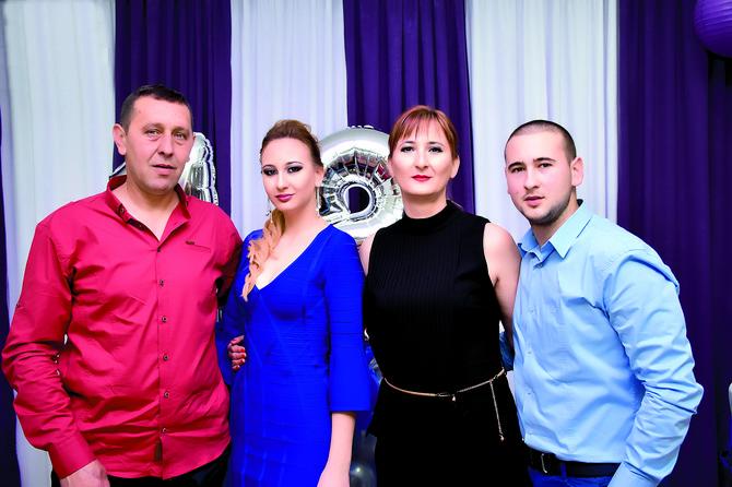Tata Božidar, Sofija, mama Svetlana i brat Vojo na proslavi njenog punoletstva