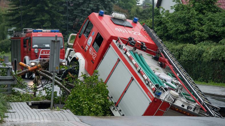 Pojazd waży 15 ton, więc do wydobycia go z wyrwy należy użyć specjalnego dźwigu. Na szczęście nikt z załogi strażackiej nie został ranny