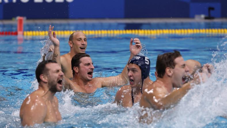 Piłkarze wodni Serbii celebrujący zwycięstwo w finale z Grecją