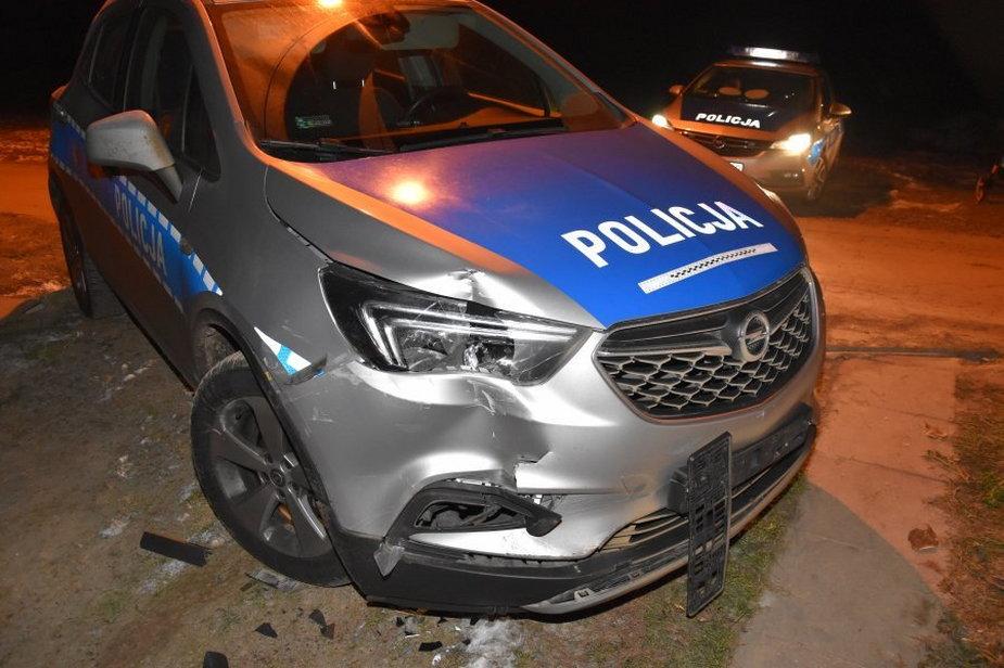 Uszkodzony w wyniku pościgu radiowóz