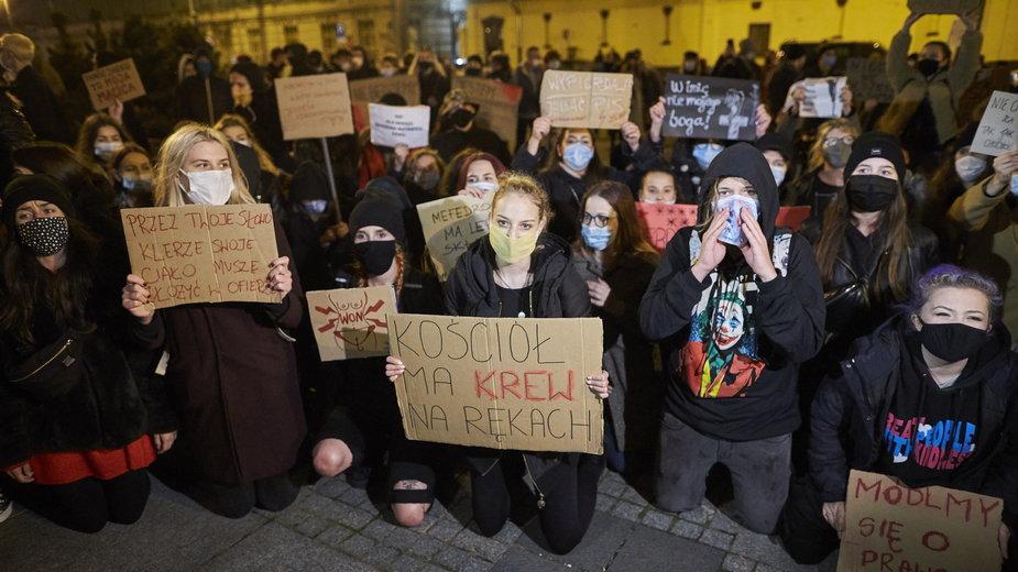 Strajk Kobiet pod kościołem Mariackim w Krakowie