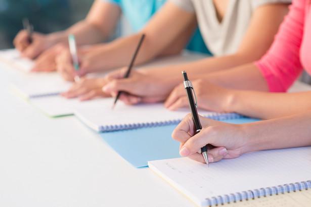 Niezaliczenie semestru w określonym terminie jest bowiem ustawową przesłanką do wydania przez dziekana decyzji o skreśleniu z listy studentów