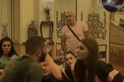 HISTERISALA, ŠAMARALA, POLIVALA I GUŠILA LAKIĆA: Niko nije mogao da smiri Izabelu! VIDEO