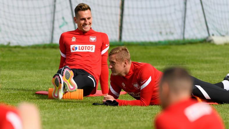Piłkarze reprezentacji Polski Arkadiusz Milik (L) i Kamil Glik (P) podczas treningu kadry