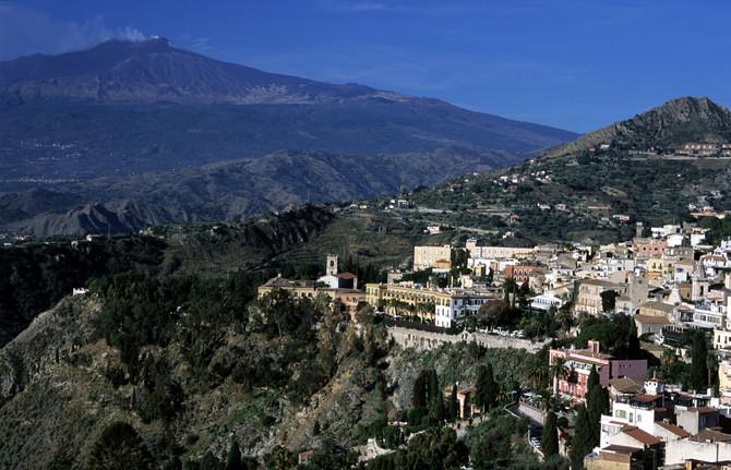 Etna je jedna od najaktivnijih vuklana pa je  posmatrajte sa daljine