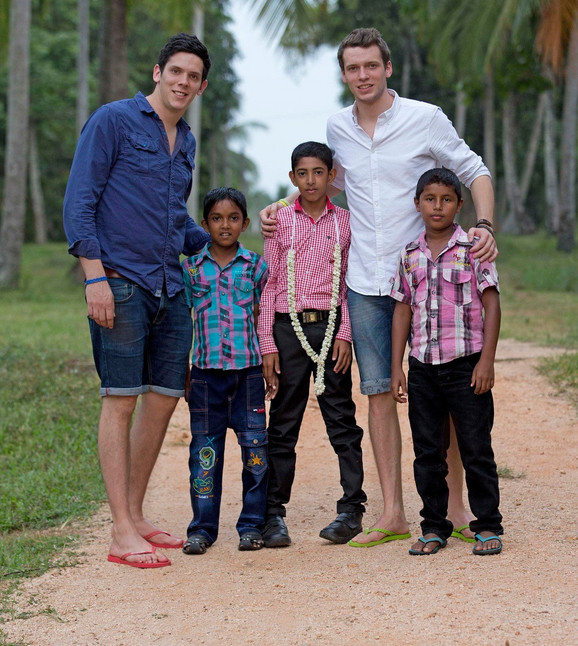 Rob i Pol sa siročićima u Šri Lanki