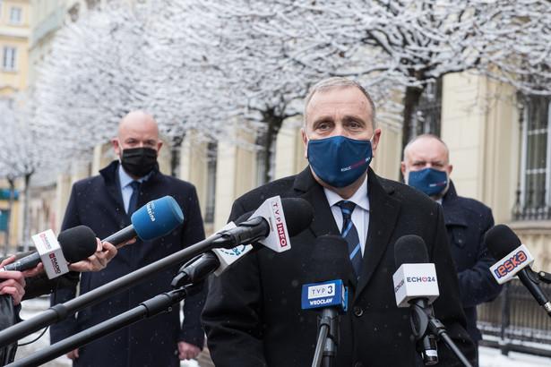 Słyszeliśmy zapowiedzi premiera Morawieckiego, że gdy liczba zakażeń będzie spadać, to zmniejszane będą restrykcje, a jest dokładanie odwrotnie - mówił Schetyna.