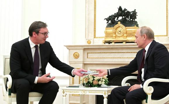 Vučić poklanja knjigu Putinu