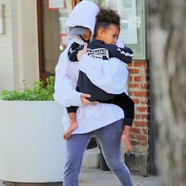 Kim Kardashian zastraszona? Jeszcze nigdy nie wyszła w takim stroju na ulicę