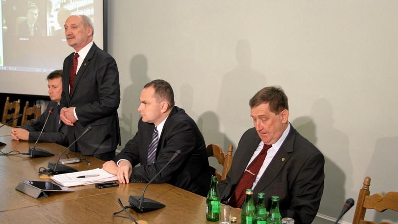 Przewodniczący klubu PiS Mariusz Błaszczak, przewodniczący zespołu Antoni Macierewicz, poseł PiS Adam Kwiatkowski i profesor Jacek Rońda
