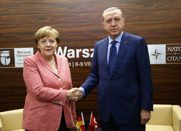 Erdogan i Merkel podczas szczytu NATO