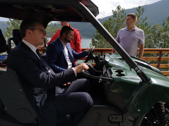 Vučić se kvadom provozao oko objekta