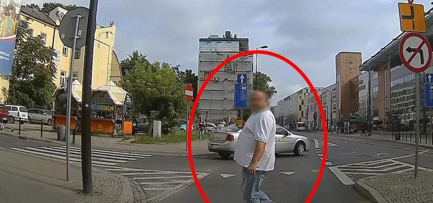 Uwaga na pieszych-pieniaczy! Ten z Krakowa ewidentnie czekał na odpowiedni moment...