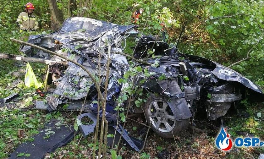 Auto roztrzaskało się na części.
