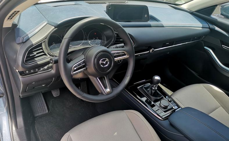 Styl kabiny nowej Mazdy CX-30 jest skupiony na kierowcy