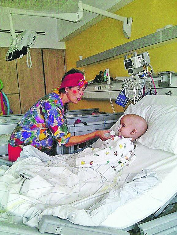 klovn je odmah posle operacije došao da zabavi dečaka