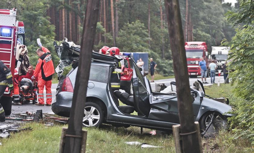 Peugeot uderzył w tira. Kierowca nie miał szans