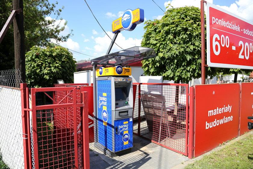 Ten bankomat próbował wyrwać z ziemie