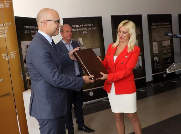 Direktorkа Muzejа Nikolа Teslа Ivonа Jevtić i gradonačelnik Novog Sada Miloš Vučević