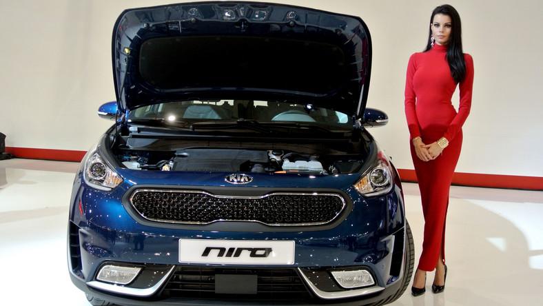 Kia przez ostatnie 7 lat coraz skuteczniej podgryzała rywali i zwiększała swoją sprzedaż w Europie. Teraz koreański producent zdecydował się wprowadzić na rynek zupełnie nowy model o nazwie niro. Stylistycznie samochód przypomina SUV-a, jednak pod względem konstrukcji otwiera zupełnie nowy rozdział w historii tej marki...