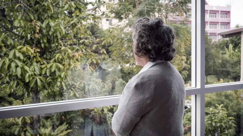 Kobieta przy oknie (zdj. poglądowe)