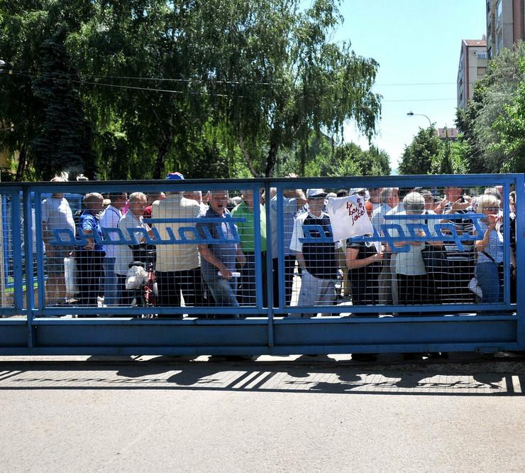 632786_nis-protest-gradjana-ispred-kapije-toplane-k-kamenov
