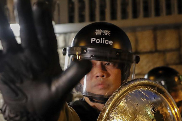 PENDRECI, GUMENI MECI I SAJBER ARMIJA 12.000 do zuba naoružanih kineskih policajaca i HORDA BOTOVA prete Hong Kongu