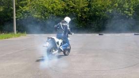 Husqvarna 701 Supermoto zdaje egzamin na prawo jazdy kategorii A w drifterskim stylu (wideo)