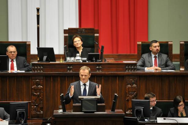 Premier starał się zgrabnie wytrącić broń lewej i prawej stronie sali.