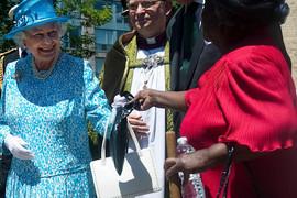 DA LI STE JE VIDELI DA OVO RADI?! Kraljica pronašla način svom osoblju šalje ŠIFROVANE PORUKE u javnosti (VIDEO)